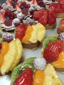 Postres de frutas frescas. Pastelería y repostería catalana. Panadería española. Panes y postres saludables.